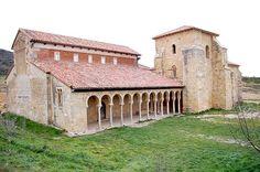 Monasterio de San Miguel de la Escalada. León, siglo X. Sólo se conserva la iglesia, con una torre románica construida posteriormente y que servía de scriptorium. Se edificó con los materiales de derribo de otro templo visigótico anterior.