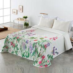 Colcha ANDREA 1 Vialman. Dale un aire fresco a tu habitación con esta nueva colcha de la firma Vialman, donde aparece un vistoso jardín de flores sobre un fondo en blanco roto, ideal para vestir tu cama durante la temporada primaveral.