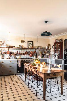 Interior Exterior, Kitchen Interior, New Kitchen, Vintage Kitchen, Kitchen Decor, Cosy Kitchen, Country Interior, Shaker Kitchen, Devol Kitchens