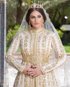 ?SHOOTING MARIÉ 🌸👑 Styliste @zianazahia ❤️ Makeup @zianazahia Photographer @anasessamlal Morrocan Dress, Moroccan Bride, Moroccan Wedding, Moroccan Caftan, Kaftan Style, Caftan Dress, Hijab Dress, Muslim Fashion, Hijab Fashion