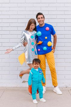 How To Make A Family Space Costume   studiodiy.com 3 People Costumes, Easy Costumes, Family Halloween Costumes, Super Hero Costumes, Adult Costumes, Costume Ideas, Group Halloween, Halloween Couples, Homemade Costumes