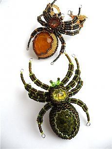 beaded spiders right up my alley Insect Jewelry, Seed Bead Jewelry, Seed Beads, Beaded Jewelry, Beaded Bracelets, Jewellery, Beaded Spiders, Halloween Jewelry, Beaded Animals