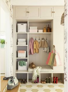 Interior Design Without Degree Entry Nook, Bungalow Interiors, Mudroom Laundry Room, Interior Styling, Interior Design, Entrance Decor, Entrance Halls, Decoration, Living Spaces