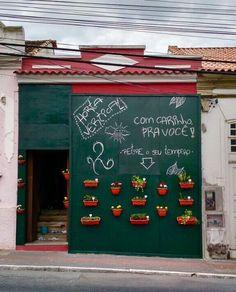 Um restaurante em reforma no centro Histórico de São José,Florianópolis, instalou uma horta orgânica no tapume da obra, que fica disponível para quem quiser