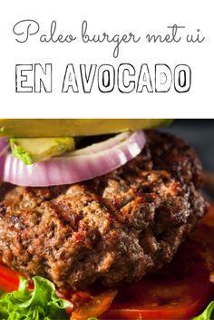 Wie zegt dat hamburgers niet gezond kunnen zijn!? Paleo Burgers geserveerd op een schijfje tomaat gegarneerd met gekarameliseerde balsamico-uien is op en top gezond.