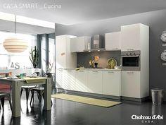 Cucina total white e complementi colorati
