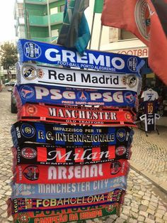 Enquanto isso em muitas esquinas de Portugal estão sendo vendidas mantas dos maiores clubes do mundo!