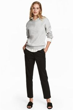 Ankle-length chinos in washed stretch twill with a regular waist with a hook-and-eye fastener, zip fly, side pockets, fake back pockets and slim legs.