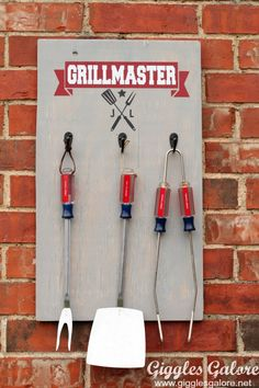Summer is upon us and that means it's time for grilling season. Make a DIY Grill Master personalized wood sign to keep your BBQ tools organized and handy. #diy #fathersday #grilling #giftidea #gigglesgalorecreates #gigglesgalore #fathersdaygift #diygift #summer #cricut #cricutmade #decoart