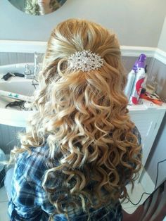 when i see all these half up half down wedding hairstyles with loose curls it always makes me jealous i wish i could do something like that I absolutely love this half up half down wedding hairstyles with loose curls so pretty! Perfect!!!!!