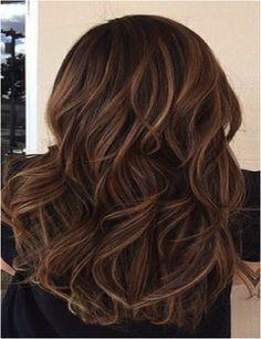 Cheveux brun avec flots et faits saillants