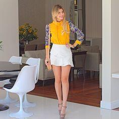 Hoje o dia será corrido. Estou usando saia branca de couro fake e blusa amarela com as mangas floridas ❤️Que acharam?  #me #fashion