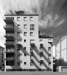 foto 2012;  architetti: M. Asnago e C. Vender;    edificio residenziale via Faruffini 6;    anno 1954