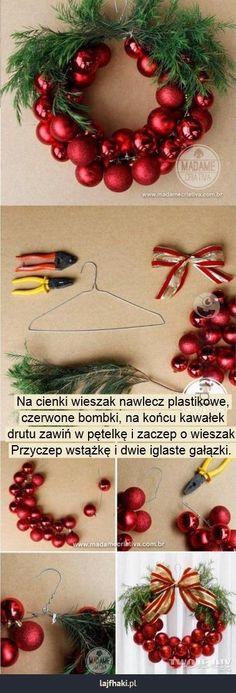 Jak zrobić świąteczną girlandę? - Na cienki wieszak nawlecz plastikowe, czerwone bombki, na końcu kawałek drutu zawiń w pętelkę i zaczep o wieszak. Przyczep wstążkę i dwie iglaste gałązki.