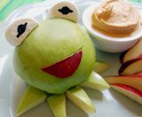Kermit apple and peanut butter dip! I can't eat Kermit! Kermit, Peanut Butter Dip, Apple And Peanut Butter, Cute Food, Good Food, Yummy Food, Bonbon Fruit, Food Humor, Afternoon Snacks
