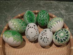 Zelení se :-) 8 ks Slepičí vajíčka zdobená voskovým reliéfem. 6ks vosk a 2ks madeira. Cena za 8ks.