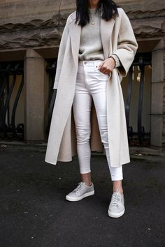 Jamie Lee of Mademoiselle wearing the neutrals trend for autumn winter Source by rinebean fashion jeans Jeans Outfit Winter, Outfit Jeans, Winter Fashion Outfits, Fall Outfits, Summer Outfits, Classy Jeans Outfit, Classy Winter Fashion, Outfits With Jeans, Classic Fashion Looks