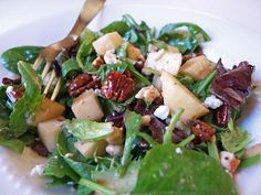 Cooking Weekends: Green Salad with Candied Pecans, Apple and Goat Cheese - making this tonight and adding chicken to it. Salad Bar, Soup And Salad, Big Salad, Fall Recipes, Healthy Recipes, Yummy Recipes, Yummy Food, Yummy Eats, Healthy Meals