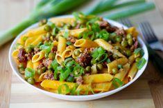 Makaron z kiełbasą paprykową Sausage Sauce, Sausage Pasta, Penne Pasta, Pasta Salad, Flavored Cream Cheeses, Green Peas, Cheese Sauce, How To Cook Pasta, Pasta Dishes