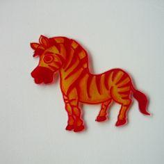 """Veselá zebra Originální zebří brož v červené, oranžové a žluté barvě. Velikost 8,5 x 7,5 cm, tloušťka cca 2 mm. Na zadné straně brožový můstek k připevnění na váš svetřík, sáčko, kabát, taška nebo na cokoliv vás napadne :-)) Tento výrobek se účastní soutěže vklubu""""Soutěž/nesoutěž: barevné výrobky"""", na téma""""ČERVÁNKY"""""""