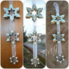 Shining snowflake gingerbread window decoration. Csillámló hópehely mézeskalács ablakdísz.