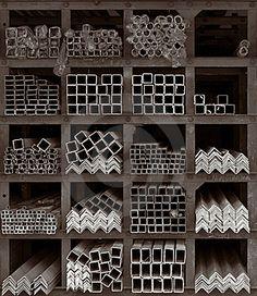 Plaza de compartimentos construidos de hierro oxidado vigas de la ...
