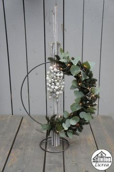 Christmas Art, White Christmas, Christmas Wreaths, Diy Home Crafts, Xmas Crafts, Christmas Flower Arrangements, Embroidery Hoop Crafts, Funeral Flowers, Xmas Decorations