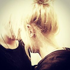 •Helping The Killer• #girlswithtattoos #model #sweden #photographer #instaphoto #killerscut #friends #behindthechair #blonde  Tack @hairbyannikaaarenstrup för ett fantastiskt jobb på mitt hår!👊🏻❤️