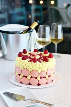 Pink velvet cake with macarons, raspberry and mascarpone Torta Pink velvet con macarons, lamponi e mascarpone #glutenfree #pinkvelvet #raspberry #macarons #mascarpone