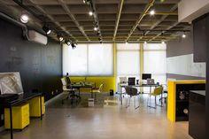 Imagem de A paleta de cores do escritório segue a identidade visual da empresa. Ideal para chamar a atenção dos clientes.