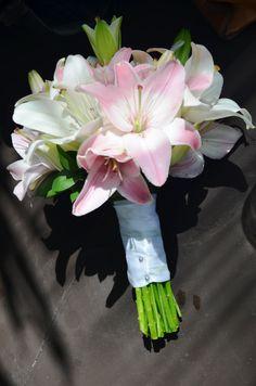 Ramo de novia romantico con lirios blancos y rosas / Classical style bride bouquet with white and pink lily #Bridebouquet #Ramodenovia  #Sixsens