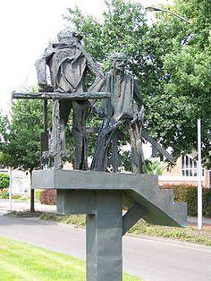 """Het beeld """"Veengravers"""" van Hans Mes herinnert aan de veenarbeiders in Sappemeer"""