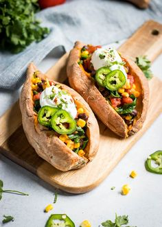 Take your sweet potatoes to the next level. These simple Mexican Stuffed Sweet P… Take your sweet potatoes to the next level. These simple Mexican Stuffed Sweet Potatoes are an easy weeknight meal that is full of beans and veggies! Mexican Food Recipes, Whole Food Recipes, Vegetarian Recipes, Cooking Recipes, Healthy Recipes, Simple Recipes, Recipes Dinner, Healthy Drinks, Easy Weeknight Meals