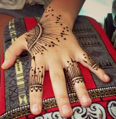 For a different henna look, try the Arabic style Khaleeji, which incorporates free-flowing lines like this gorgeous design by Henna Trails! #henna #handhenna