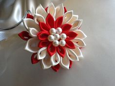 Hey, I found this really awesome Etsy listing at https://www.etsy.com/es/listing/172004330/pinza-de-pelo-marfil-rojo-flor-kanzashi