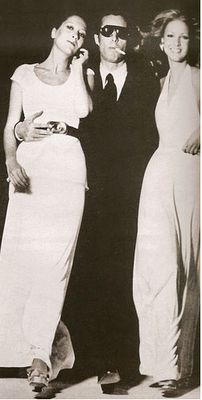 Halston, in his natural habitat, flanked by beautiful models 60s And 70s Fashion, New Fashion, High Fashion, Vintage Fashion, Seventies Fashion, American Fashion, Vintage Style, Fashion Shoes, Beautiful Models