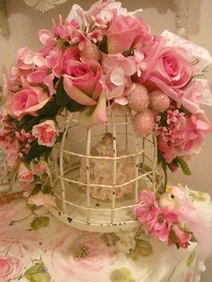 Bird cage with shabby pink roses! Shabby Chic Vintage, Shabby Chic Style, Shabby Chic Decor, Vintage Birdcage, Shabby Chic Pink, Deco Floral, Floral Design, Pretty In Pink, Beautiful Flowers