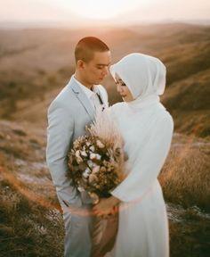 Pre Wedding Poses, Pre Wedding Photoshoot, Wedding Shoot, Wedding Couples, Prewedding Outdoor, Prewedding Hijab, Romantic Wedding Photos, Wedding Pictures, Foto Nature