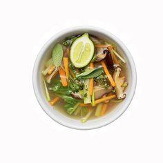 Rezept für Bouillon riche mit Gemüse und asiatischen Zutaten (Redaktion: Karin Messerli; Fotos: Daniel Valance, Nadia Neuhaus) Heft 18