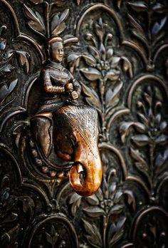 ♅ Detailed Doors to Drool Over ♅ art photographs of door knockers, hardware portals - door knocker Door Knobs And Knockers, Knobs And Handles, Door Handles, Cool Doors, Unique Doors, Door Furniture, Antique Furniture, Indian Doors, Sculpture Metal