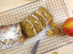 Deze notencake heeft een lekker stevige basis en de stukjes appel en gehakte noten geven de cake de perfecte crunch en sappigheid.