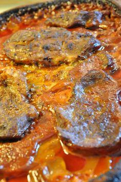 """I min mands familie huserer der en ret. """"Koteletter i rød sauce"""". Bringer lige en advarsel : Det er en FANTASTISK lækker men fedtholdig ret!  Retten er i den grad en favoritret herhjemme og kort fortalt inkluderer den disse få og enkle ingredienser: Møre koteletter i Rømertopf - koteletter i rød flødesauce Nakkekoteletter (skåret af en hel nakkefilet), persille (en potte), fløde/mælk (½ ltr), 6 løg evt. også forårsløg, 1 flaske ketchup, 2 spsk paprika, salt og peber. That's it.  Vi plejer at…"""