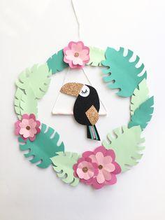 Aujourd'hui un DIY que j'avais hâte de vous montrer car je l'adore :) Je vous montre comment réaliser une jolie couronne en papier très tropicool! Avec un joli toucan, parce que l…