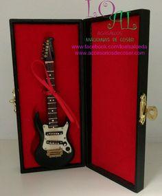 guitarra en miniatura, guitarra en pequeño tamaño, guitarra a escala