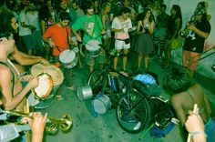 Bloco que apoia a legalização da maconha faz desfile na Lapa