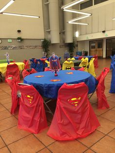 Superman party decorations - make chair capes from plastic table covers Superman Birthday Party, Avengers Birthday, Batman Party, 3rd Birthday Parties, Birthday Party Decorations, Party Themes, Party Ideas, Birthday Table, Superman Party Decorations