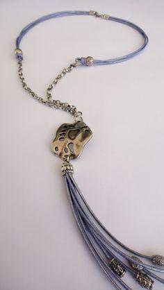 Collar de cuero color malva con  piezas central de zamak con baño de plata.