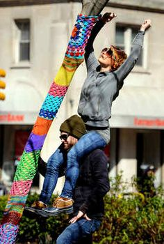 I absolutely LOVE this idea. Otherwise called Graffiti Knitting. I don't know how to knit so I will graffiti crochet Knit Art, Crochet Art, Yarn Bombing, Guerilla Knitting, Urbane Kunst, Guerrilla, Outdoor Art, Knitting Yarn, Fiber Art