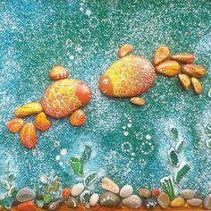 """""""Влюбленные золотые рыбки"""" - наша со Святиком поделка-подарок на 41 (!) годовщину свадьбы бабушки и дедушки. Ближайшая цель - золотая свадьба, намекнула я маме. Святик разукрашивал камни в оранжевый цвет, приклеивал самую длинную водоросль и посыпал фон цветным песком. А до ума уже доводила я (переходы цветов, детали и узоры на всех камнях). Фактурная получилась картина, мне это нравится. Еще одна фишка в том, что водоросли сделаны из зеленых стеклышек, которых море  превратило в гладкие…"""