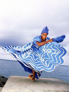 Cuban folkloric bailarina realiza la danza de Yemayá , diosa del mar , en el Malecón